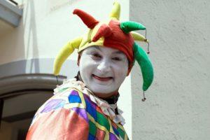 clownd ed artisti durante la comunione dei bambini